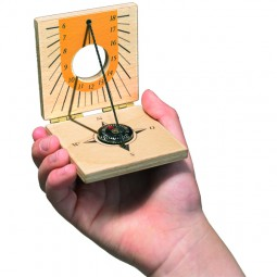 Naseweiss Sonnenuhr mit Kompass
